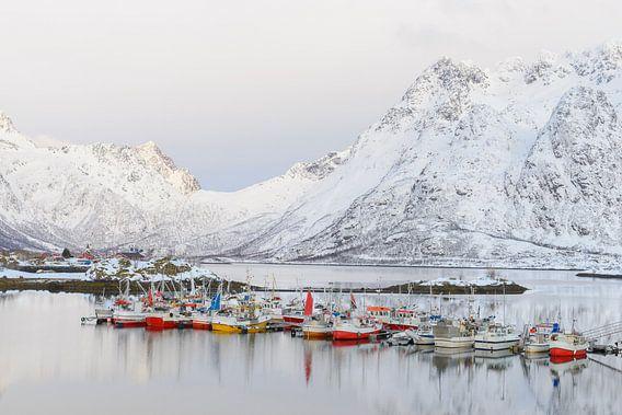 Vissersboten in de winter op de Lofoten in Noorwegen