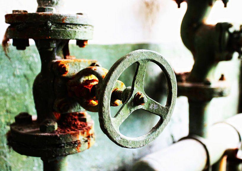 De vieilles valves rouillées dans une usine abandonnée sur Frank Herrmann