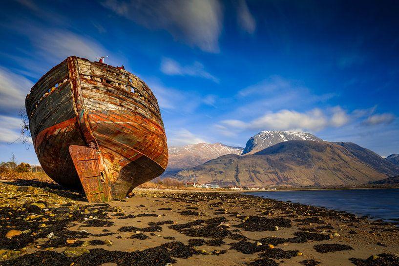 altes Schiffswrack am Strand von Fort William in Schottland von gaps photography