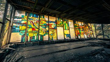 Kleurrijk mozaïek op groot panoramavenster in verlaten café in spookstad Prypyat bij Tsjernobyl van Robert Ruidl