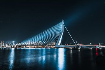 Blauwe Erasmusbrug in de nacht, rotterdam van vedar cvetanovic