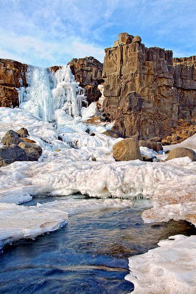 Bevroren waterval te Pingvellir in IJsland van Anton de Zeeuw
