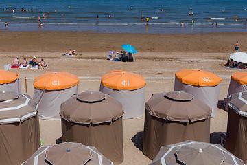 Strandtentjes, zee en zonnebaden bij Cabourg, Normandie van Paul van Putten