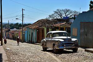 Zilvere oldtimer in de straten van Trinidad, Cuba van