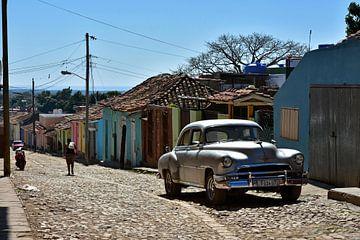 Silberner Oldtimer in bunter Straße in Trinidad, Kuba von Jutta Klassen
