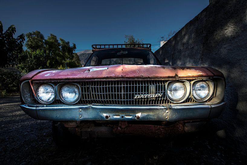 Een verlaten klassieke datsun 1500 pickup van Paul Wendels