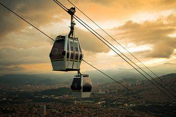 Kabelbaan bij zonsondergang in Medellín van Lucas De Jong
