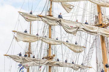 MIR Tall Ship met bemanning op de zeilen van