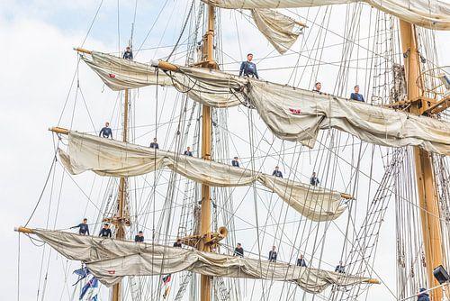 MIR Tall Ship met bemanning op de zeilen