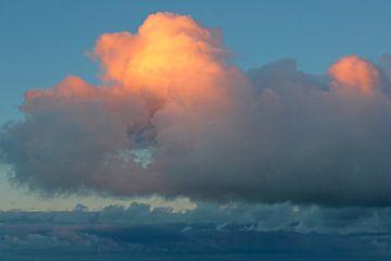 Wolken himmelblaue Töne mit orange-gelbem Akzent von Ronald Smits