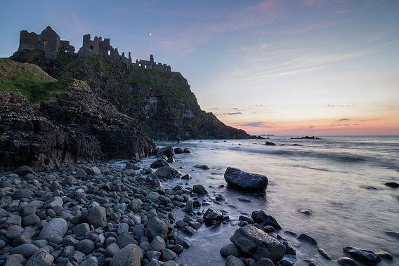 Zonsondergang bij Dunluce Castle (Noord-Ierland)-2 van Heidi Bol