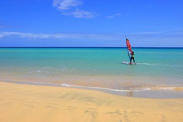 Surfer op het strand van Dustin Musch