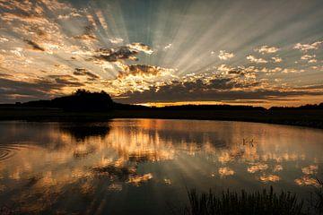 Ondergaande zon bij meer in Tsjechie  van Eddy 't Jong