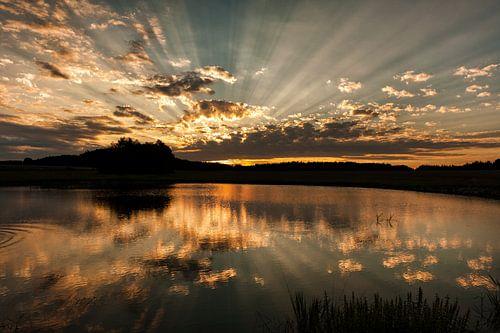 Ondergaande zon bij meer in Tsjechie
