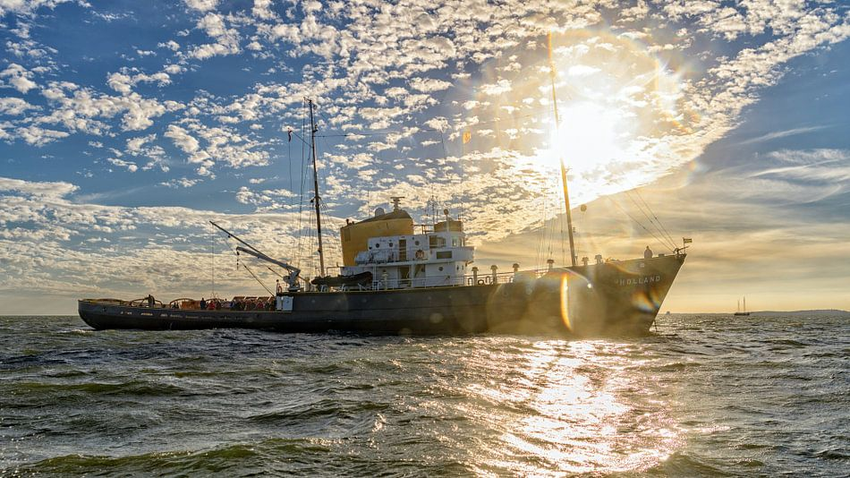 Zeesleepboot Holland voor Anker bij Vlieland van Roel Ovinge
