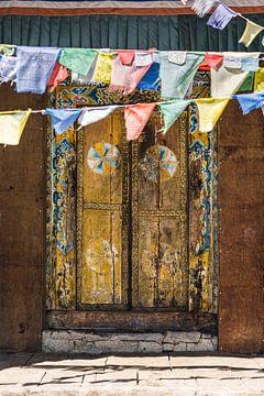 Tempeltür Nepal mit Gebetsfahnen von Jeroen Cox
