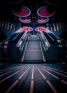Escaliers mécaniques dans la station de métro futuriste Pannenhuis à Bruxelles sur Daan Duvillier