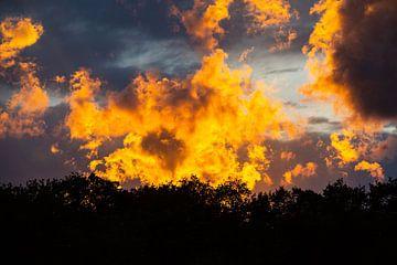 Natuurlijk schouwspel van avondzon en wolken