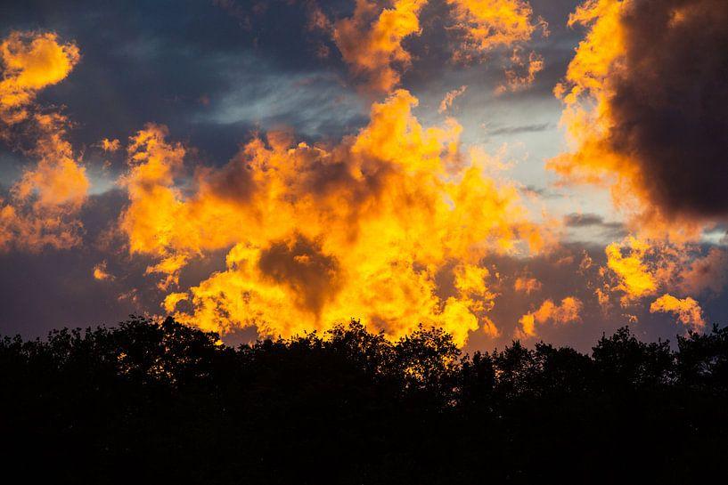 Naturschauspiel aus Abendsonne und Wolken von Rudolf Brandstätter