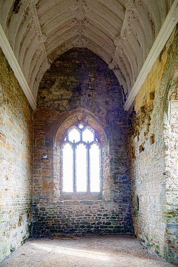 Ruïne van kerkgebouw met tortelduifjes