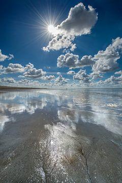 Eb op de Waddenzee bij Koehool met wolkenspiegel von Harrie Muis