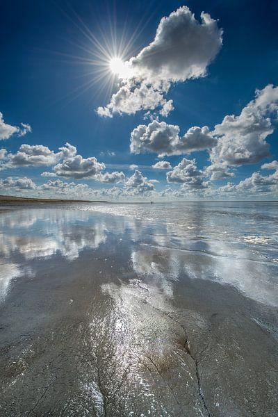 Eb op de Waddenzee bij Koehool met wolkenspiegel van Harrie Muis