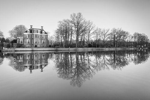 Waterspiegeling buitenplaats Vechtoever in zwart wit van Michel Geluk