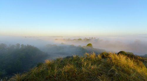 Mysterieus uitzicht vanaf de hoogste berg van Remco Van Daalen