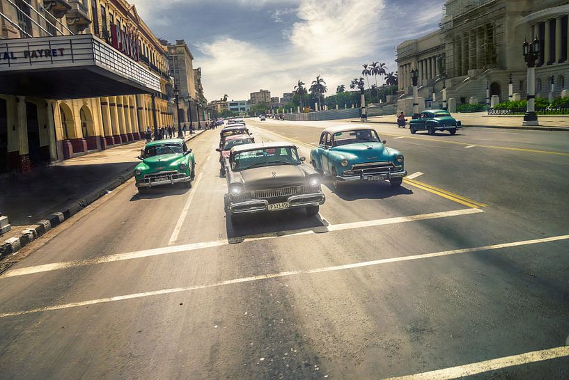 Havana  Cuba Oldtimers in de straat van Arjen Roos