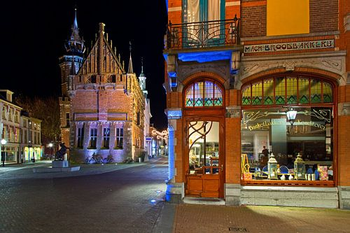 Het oude stadhuis van Kampen en een bakkerij van