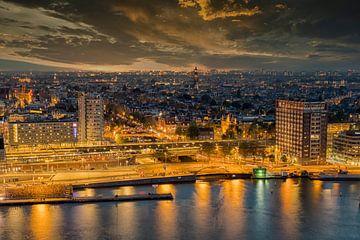 Avond in Amsterdam van Foto Amsterdam / Peter Bartelings