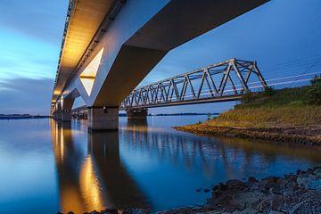 hsl-brug en oude  moerdijkbrug van Eugene Winthagen