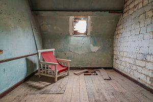 Verfallener Raum mit seinem roten Stuhl.