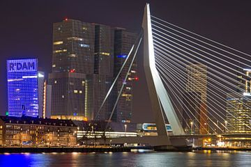 Toren op zuid en Erasmusbrug bij kop van zuid in Rotterdam