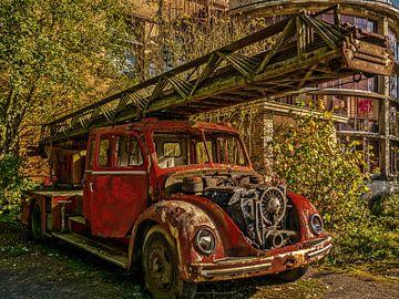 Alter abgelaufener Feuerwehrauto von Art By Dominic