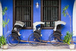 Riksja's voor muur van Cheong Fatt Tze Mansion
