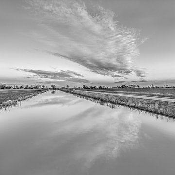 Nieuw kanaal nabij Vijfhuizen met wolkenspiegel von Harrie Muis