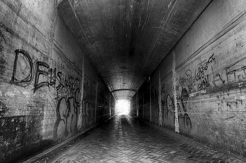Donkere tunnel van Mark Bolijn