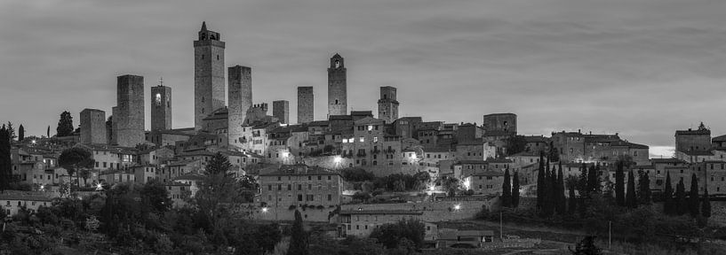 Monochrome Tuscany in 6x17 format, skyline San Gimignano at dawn van Teun Ruijters