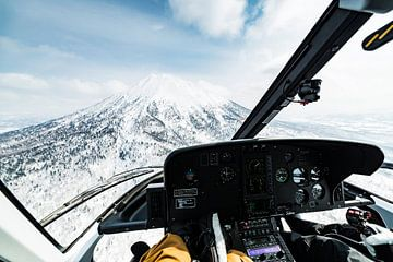 Helikopter vlucht langs de krater van een hoge vulkaan in Japan 2018. van Hidde Hageman