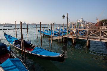 Gondels voor het grote kanaal in Venetië, Italië van Joost Adriaanse