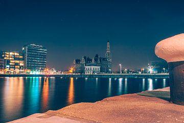 Photo de nuit du Bonapartedok avec le bâtiment du pilotage en arrière-plan. sur Daan Duvillier