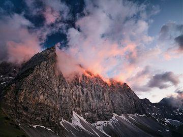 Brennende Gipfel an den Laliderer Wänden von Max Schiefele