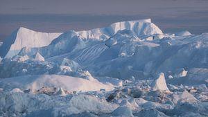 IJsbergen in Groenland in de middernachtzon van