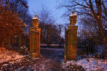 Altes Tor im Park Wallanlagen im Winter mit Schnee bei Abenddaemmerung, Bremen, Deutschland, Europa