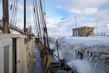 Zeilboot aan bevroren kade van