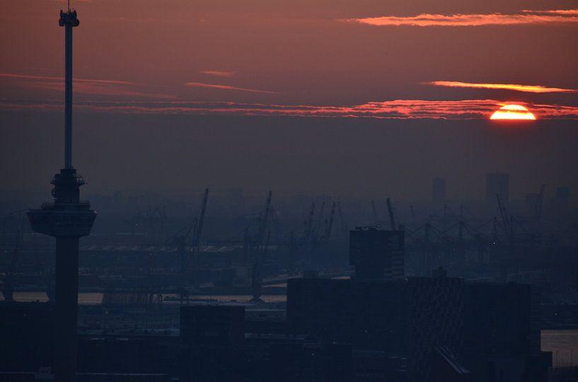 Euromast and the Rotterdam harbor in the spotight van Marcel van Duinen