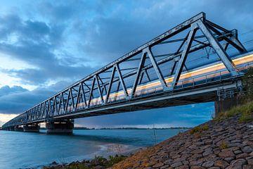 trein dendert  over spoorbrug hollandsch  diep van Eugene Winthagen