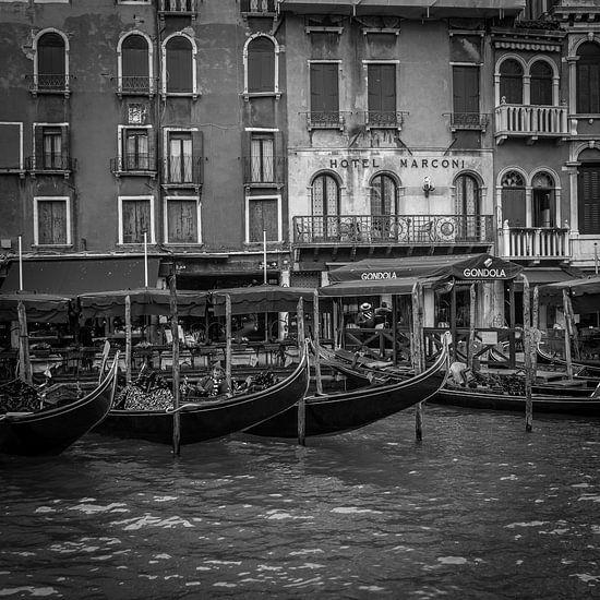 Italië in vierkant zwart wit, Venetië - Hotel Marconi - Grand Canal II van Teun Ruijters