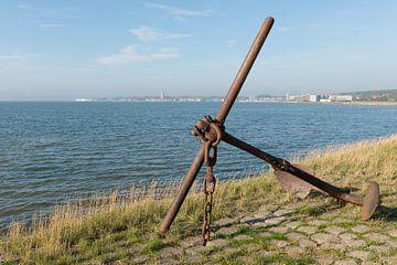 Oud verroest anker op het eiland Terschelling von